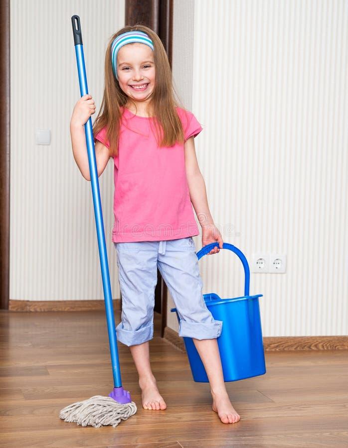 Petite fille lavant le plancher photos libres de droits