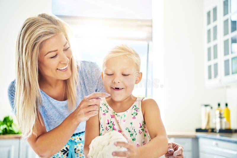 Petite fille heureuse mignonne manquant ses dents avant image stock