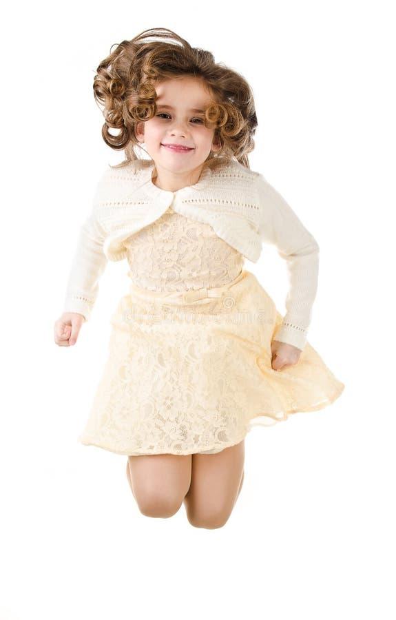 Petite fille heureuse sautante d'isolement photos stock