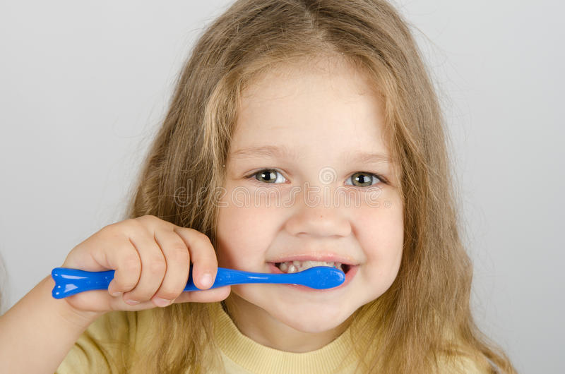 Petite fille heureuse se brossant les dents images stock