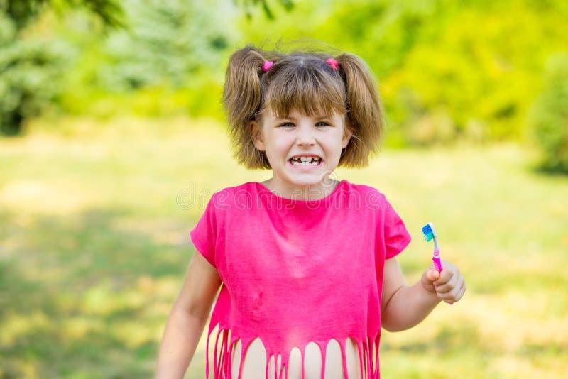 Petite fille heureuse se brossant les dents Concept dentaire d'hygiène photographie stock libre de droits