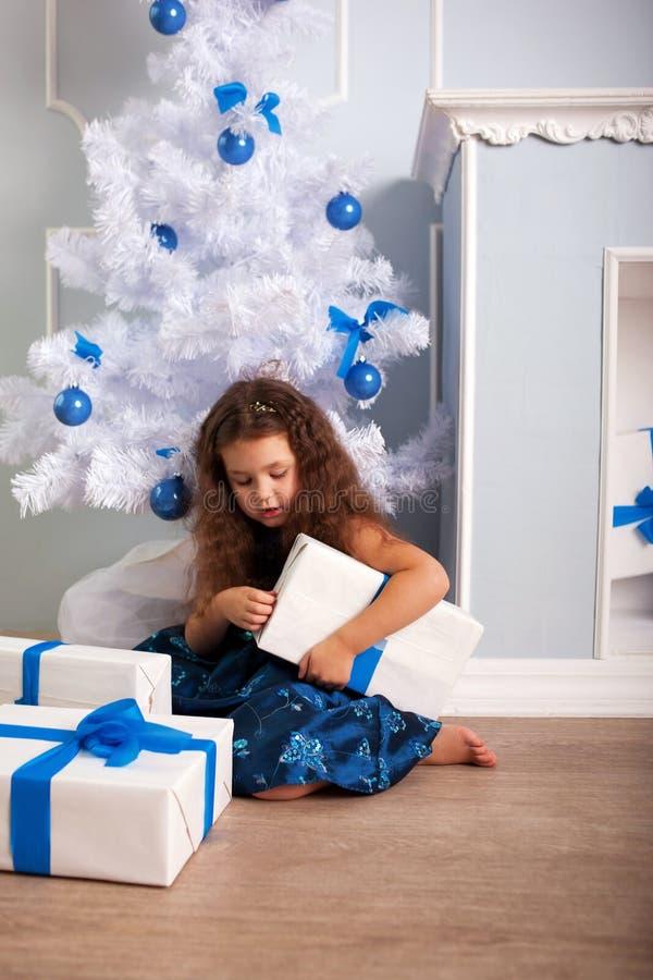 Petite fille heureuse tenant des cadeaux. Concept de Noël images libres de droits
