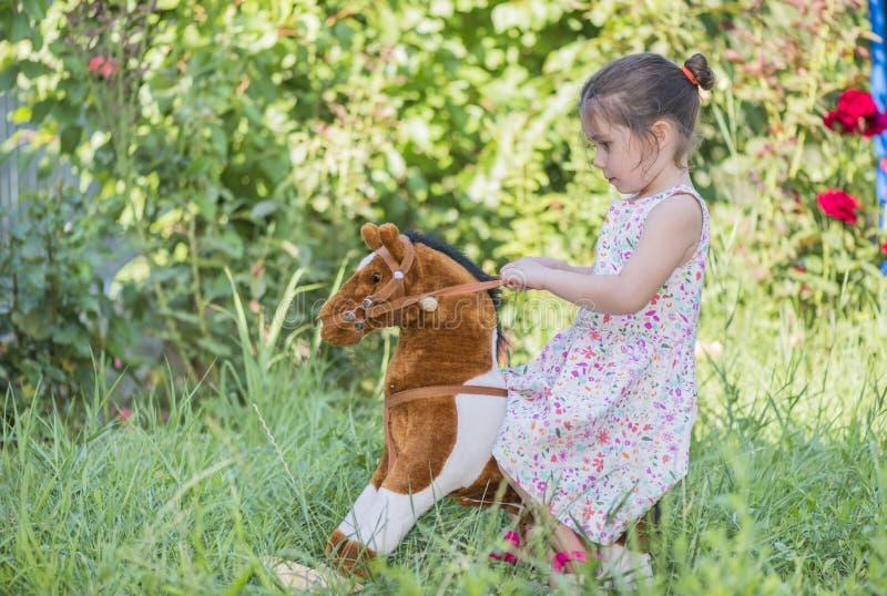 Petite fille jouant à l'extérieur images libres de droits