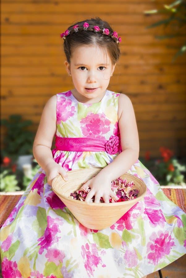 Petite fille jouant à l'extérieur photos stock