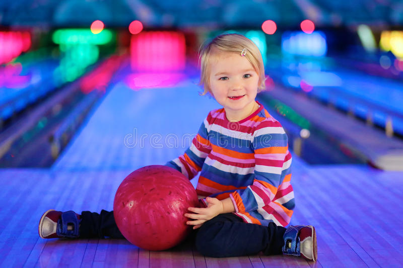 Petite fille jouant au bowling image stock