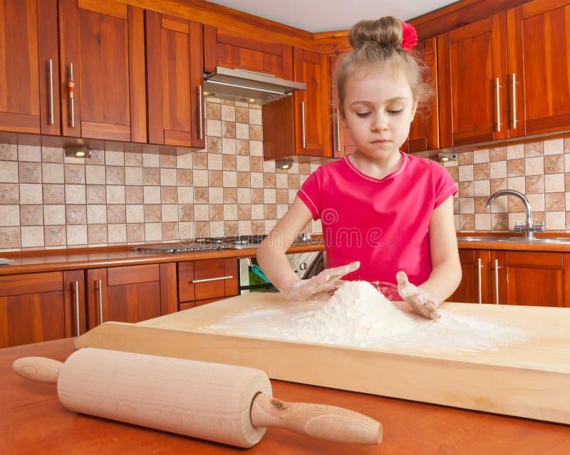 Petite fille jouant avec de la farine images libres de droits