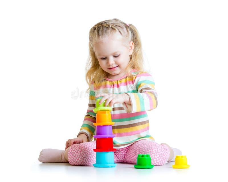Petite fille jouant avec des jouets image libre de droits