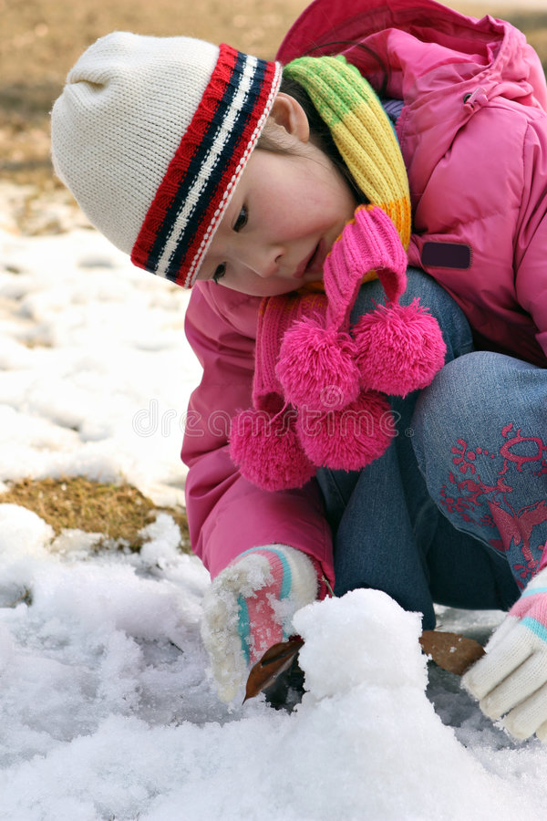Petite fille jouant avec la neige photo libre de droits