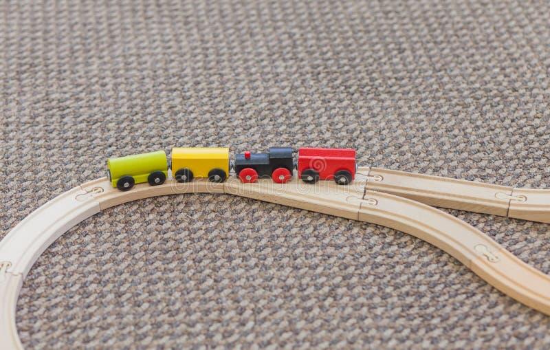 Petite fille jouant avec le train images stock