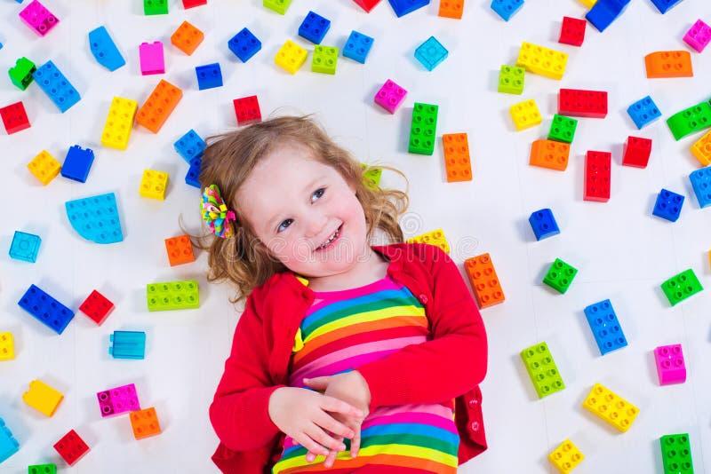 Petite fille jouant avec les blocs colorés photos libres de droits