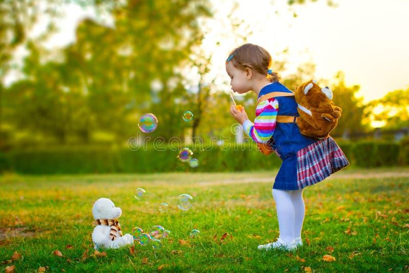 Bulles de savon de soufflement d'enfant. photo stock