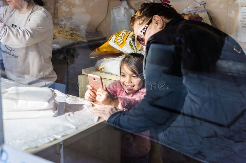 Petite fille jouant avec Smartphone - la Turquie photographie stock libre de droits