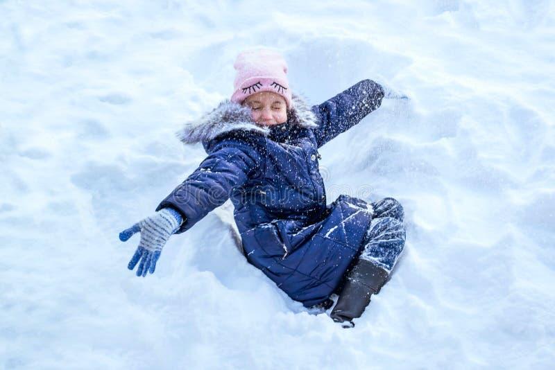 Petite fille jouant dans la neige photos stock