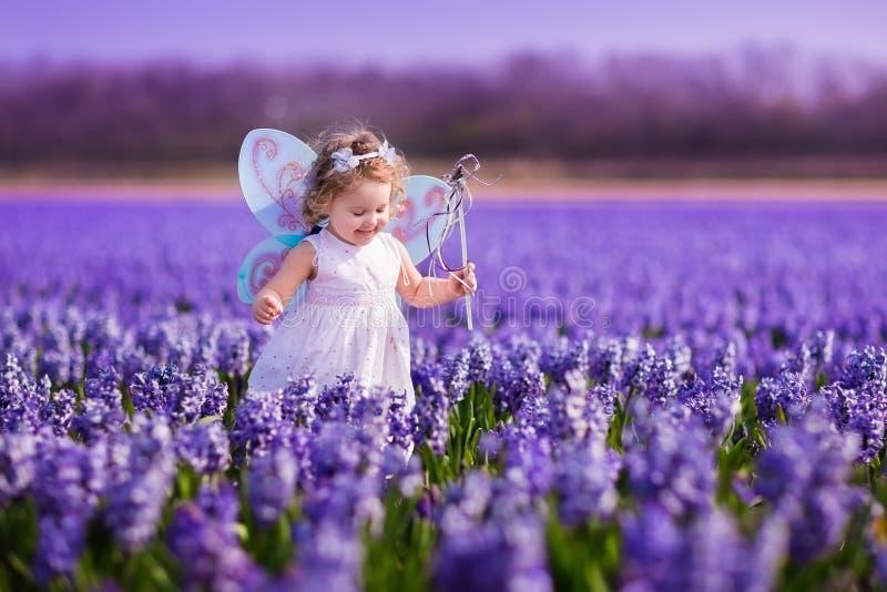 Petite fille jouant dans le domaine de jacinthe photographie stock