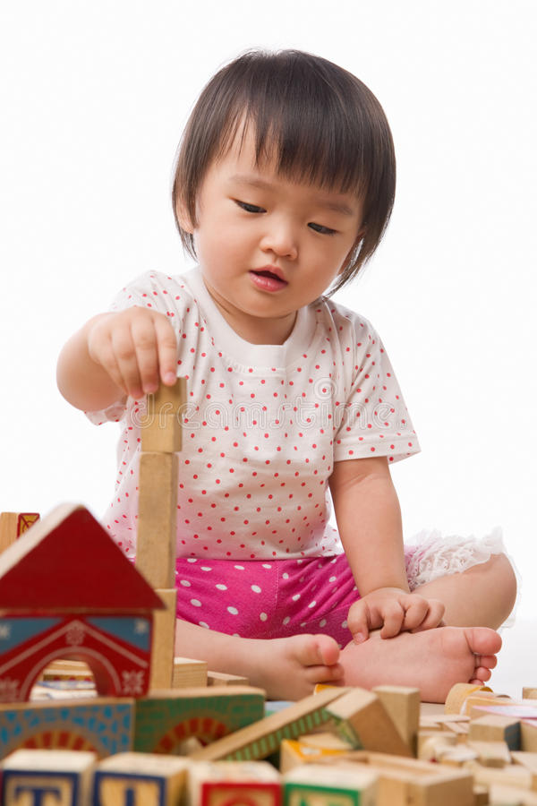 Petite fille jouant des blocs photos stock