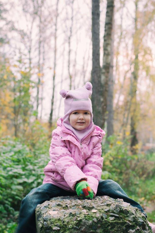 Petite fille jouant en Autumn Park Leaves photographie stock