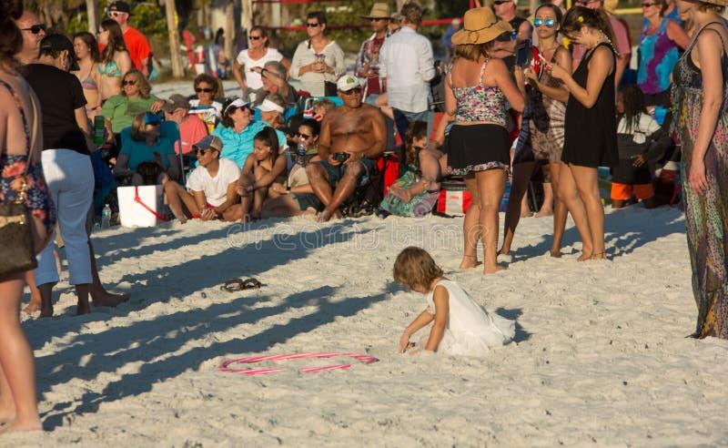 Petite fille jouant en sable au cercle de tambour photographie stock