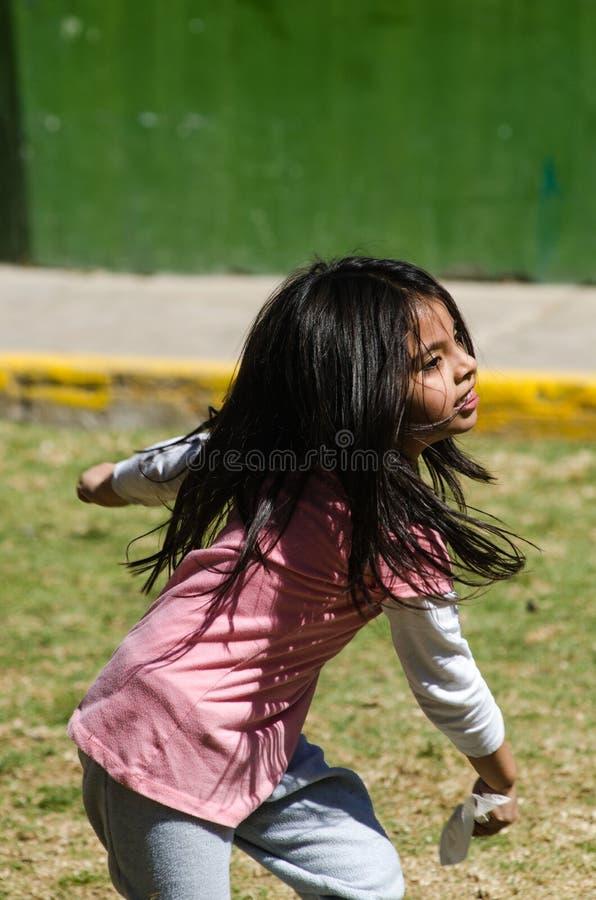 Petite fille jouant heureusement en parc photo libre de droits