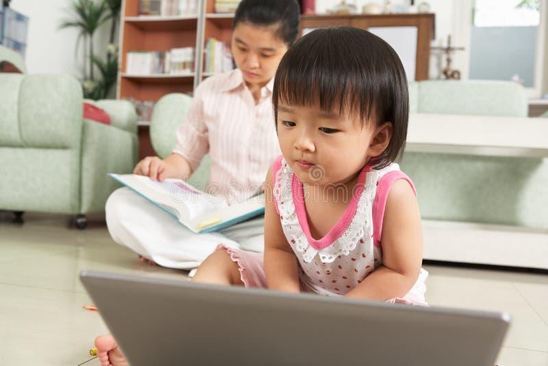 Petite fille jouant l'ordinateur portatif photographie stock libre de droits