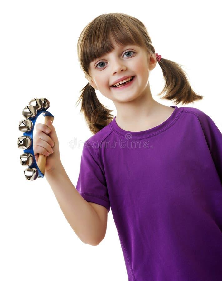 Petite fille jouant la musique avec le tintement du carillon photos stock