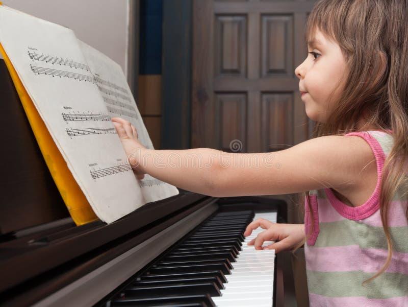 Petite fille jouant le piano photos libres de droits