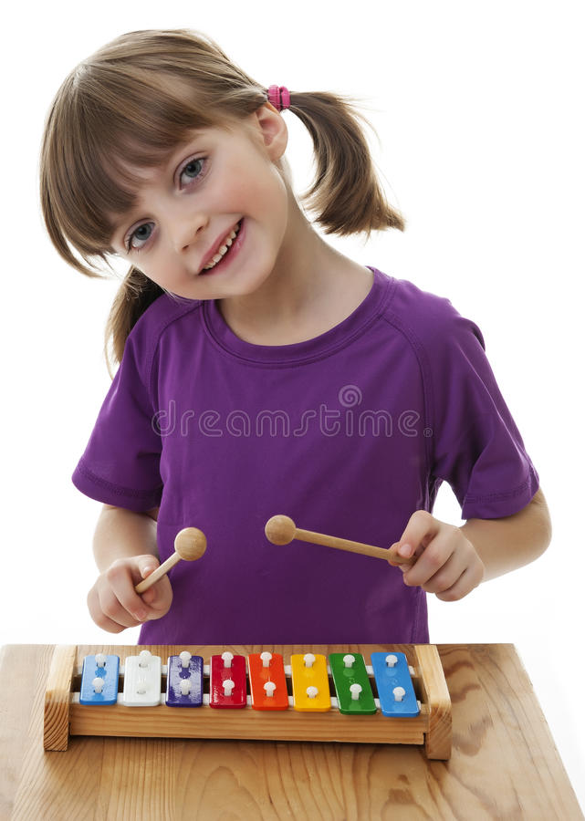 Petite fille jouant le xylophone image stock