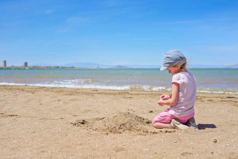 Petite fille jouant sur la plage de mars Menor photos libres de droits