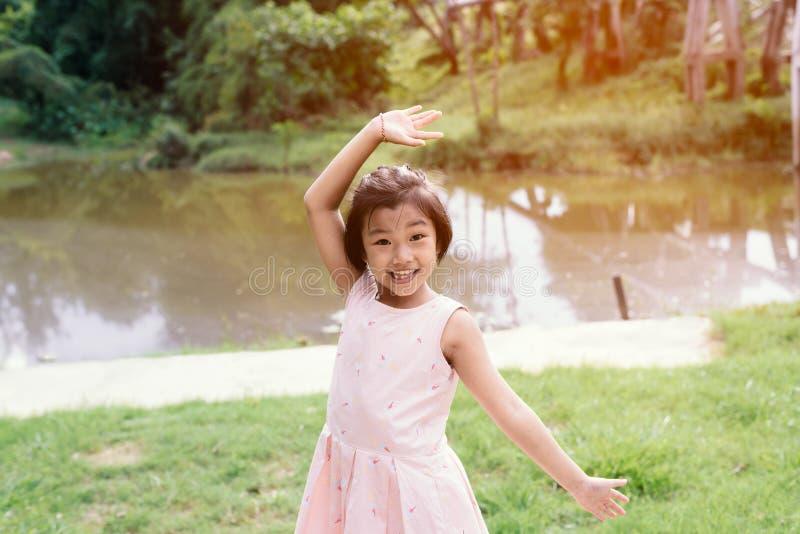 Petite fille jouant sur le côté de rivière image libre de droits