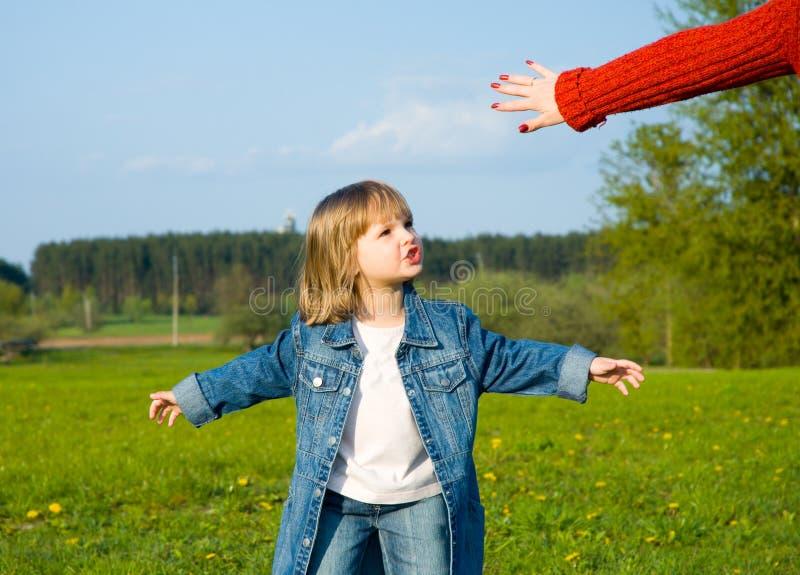 Petite fille jouant sur le pré image libre de droits