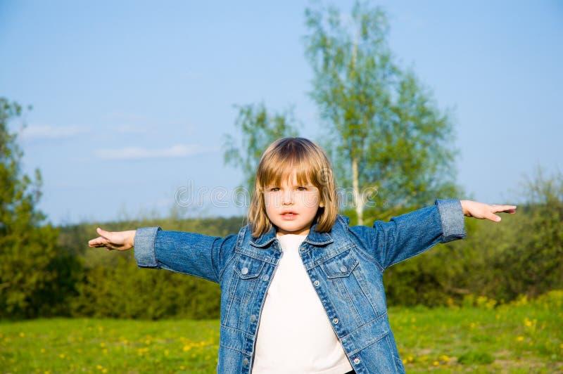 Petite fille jouant sur le pré images libres de droits