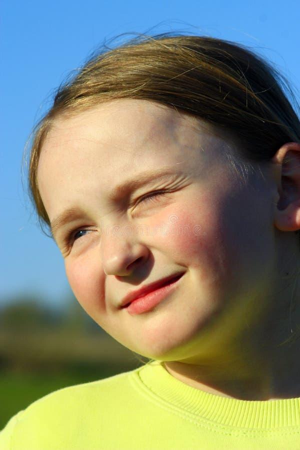 Petite fille louchant photographie stock libre de droits