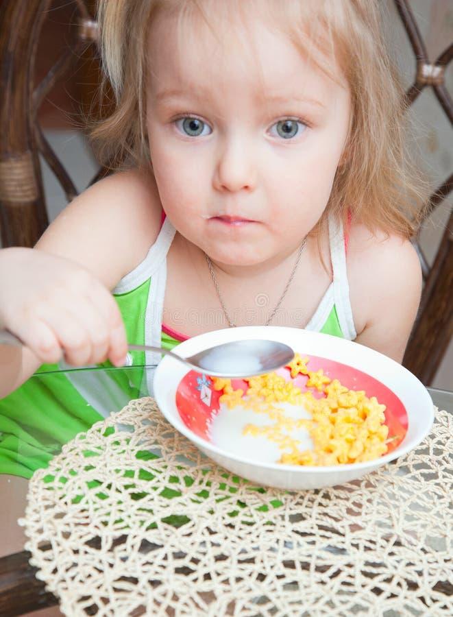 Petite fille mangeant de la céréale photo stock