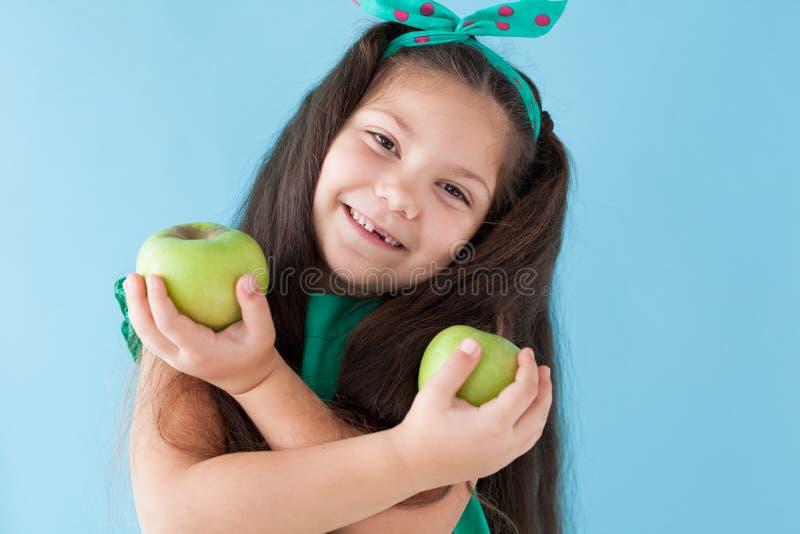 Petite fille mangeant de la nourriture saine verte mûre d'Apple photo stock
