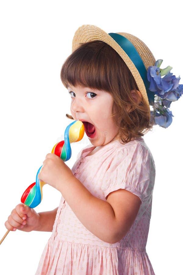 Petite fille mangeant la lucette images libres de droits