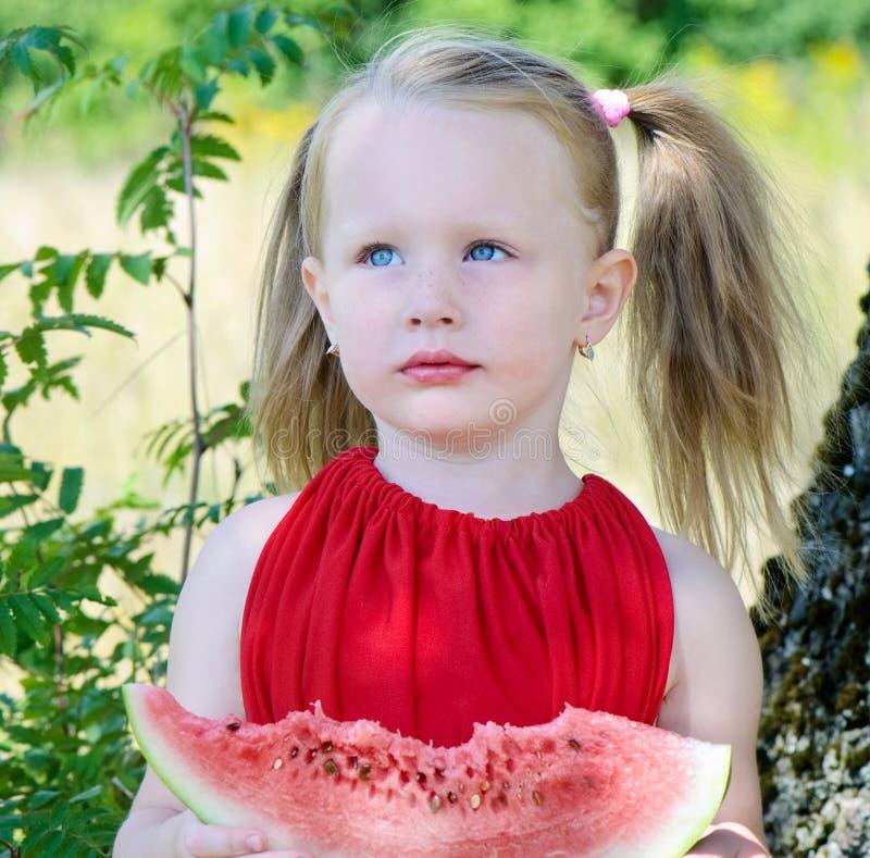 Petite fille mangeant la pastèque photo libre de droits