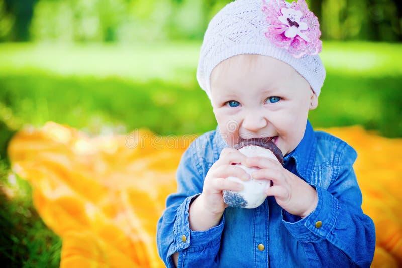 Petite fille mangeant la sucrerie photographie stock