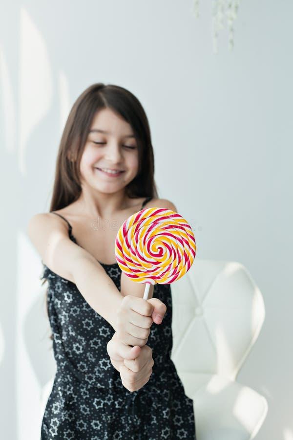 Petite fille mangeant la sucrerie images libres de droits