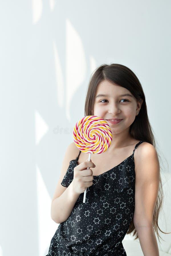 Petite fille mangeant la sucrerie photo libre de droits
