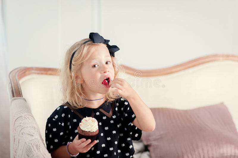 Petite fille mangeant le gâteau image stock