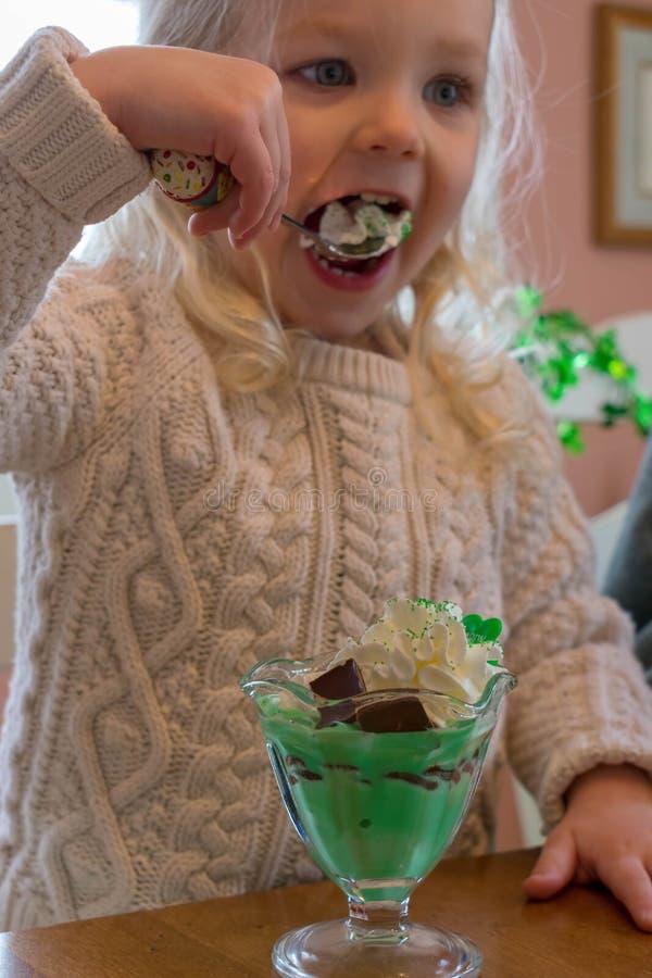 Petite fille mangeant le parfait fait maison de crème glacée de secousse d'oxalide petite oseille images libres de droits