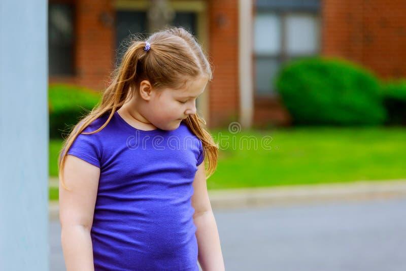 Petite fille marchant en parc seul marchant sur un trottoir photographie stock libre de droits