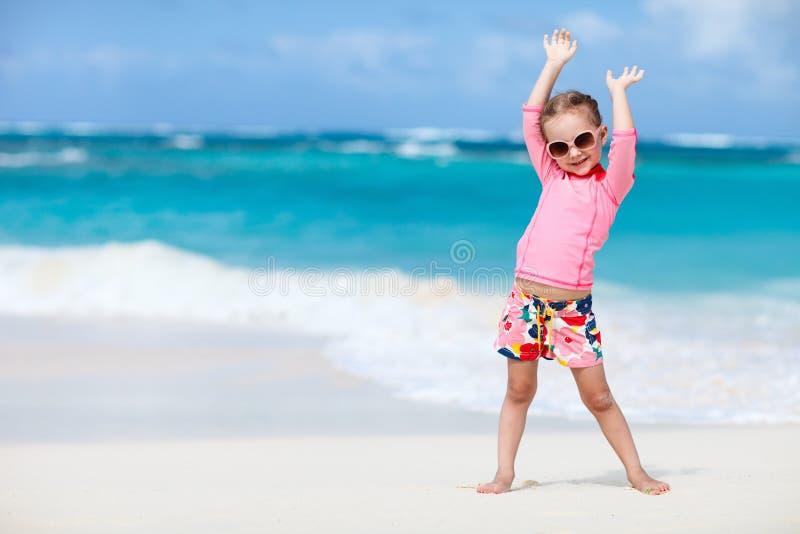 Petite fille mignonne à la plage photos stock