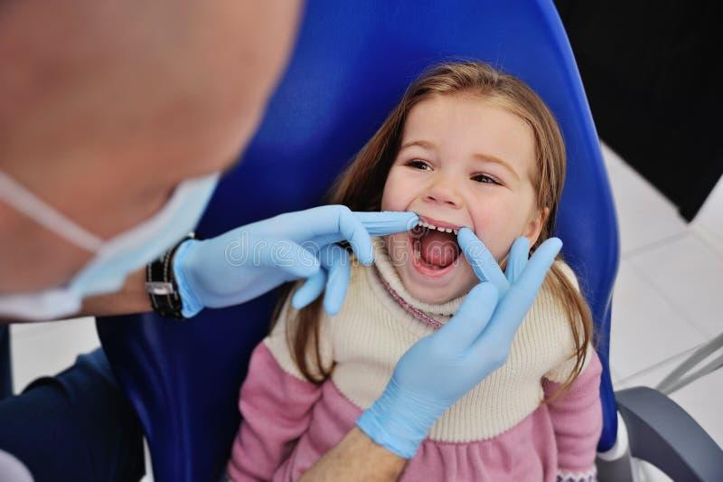 Petite petite fille mignonne à la réception au dentiste photo stock