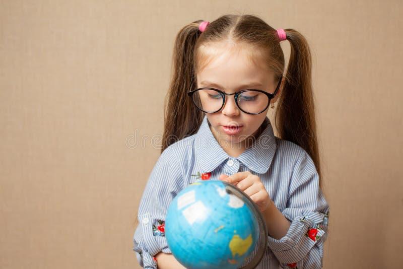 Petite fille mignonne étreignant le globe Sauf le concept de la terre images stock