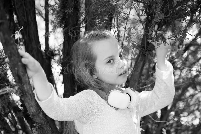Petite fille mignonne appréciant la musique utilisant des écouteurs photos libres de droits