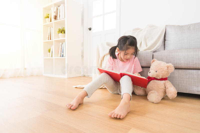 Petite fille mignonne avec des photos de part d'ours de nounours photos libres de droits