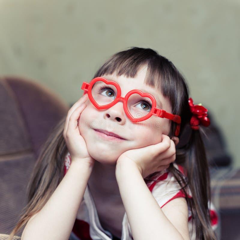 Petite fille mignonne avec des verres sous forme d'a images libres de droits