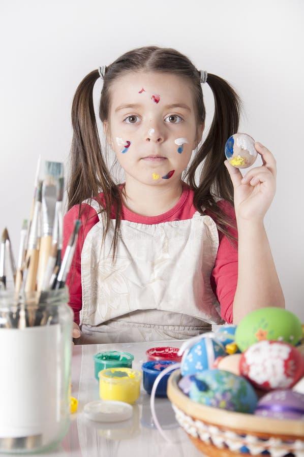 Petite fille mignonne avec l'oeuf de pâques photo libre de droits