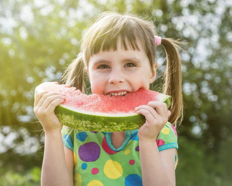 Petite fille mignonne avec la pastèque images libres de droits