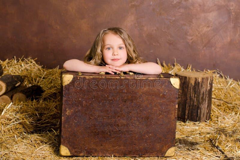 Petite fille mignonne avec la valise de brun de vintage images stock